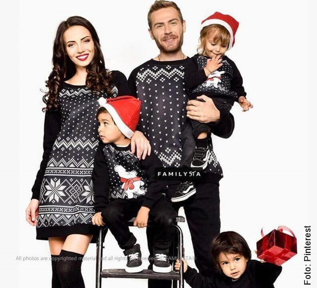 foto de familia con outfits navideños
