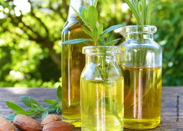 Foto de unos tarros que muestran para qué sirve el aceite de almendras