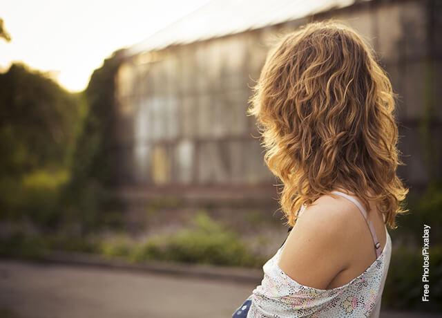 Foto de una mujer de espalda mostrando su cabello