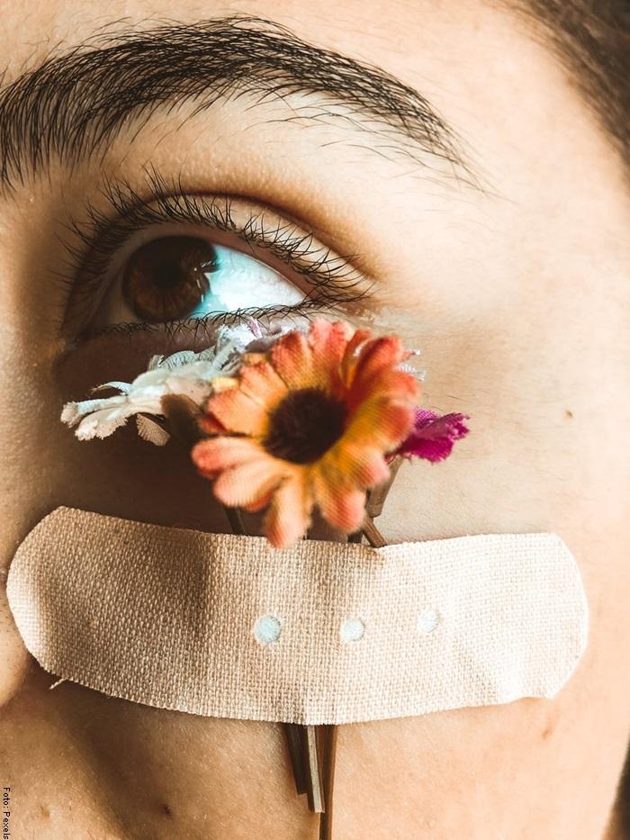 Foto del ojo de una mujer para ilustrar para qué sirve el agua de rosas