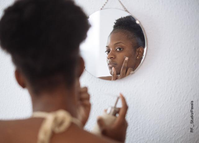 Foto de una mujer aplicándose una crema que ilustra para qué sirve el agua oxigenada