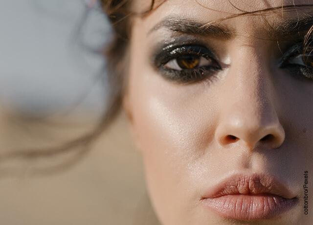 Foto de la cara de una mujer maquillada