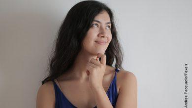 Foto de una mujer pensativa que muestra para qué sirve el agua oxigenada