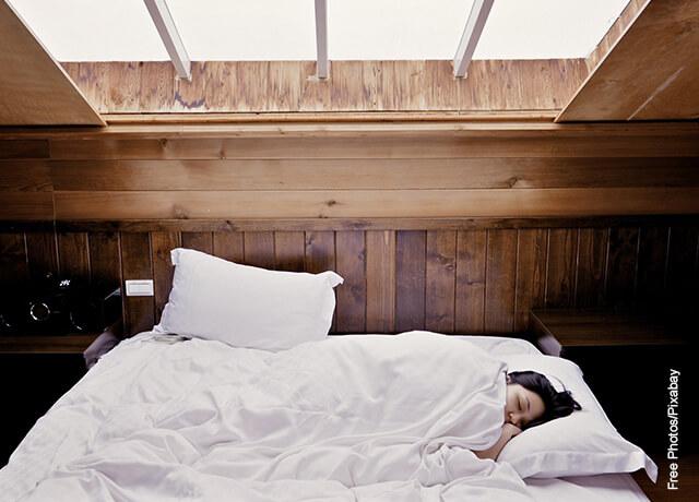 Foto de una mujer durmiendo en su cama