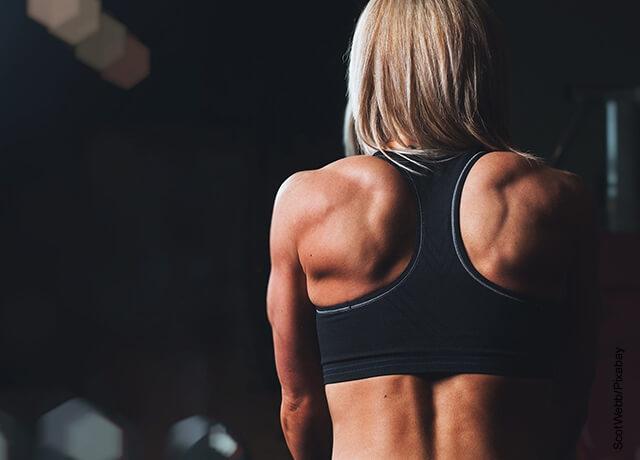 Foto de una mujer musculosa de espalda