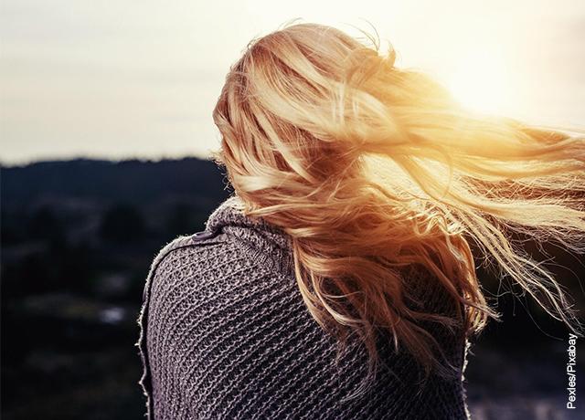 Foto de mujer rubia de espalda