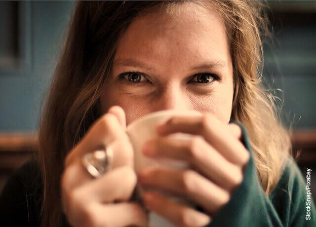 Foto de mujer tomando una bebida que muestra para qué sirve el magnesio