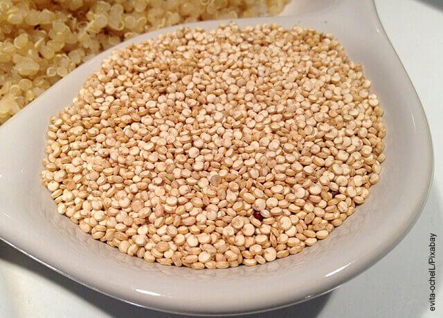 Foto de granos de quinoa en recipiente