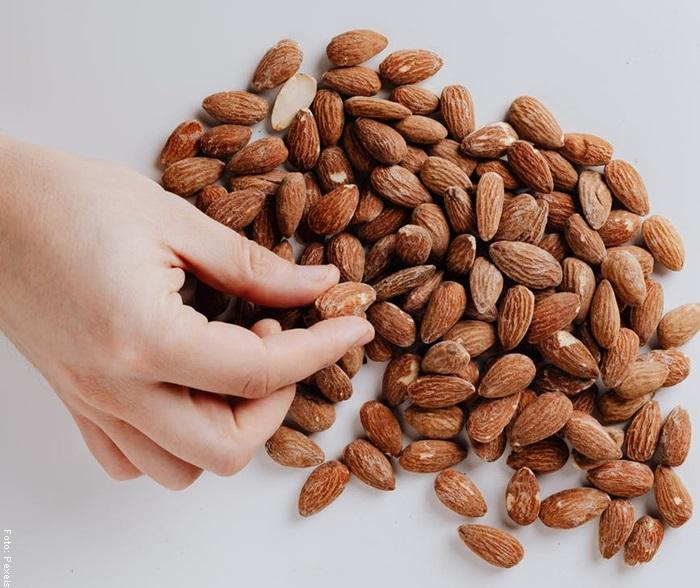 Foto de una mano cogiendo nueces para ilustrar para qué sirve el omega 3