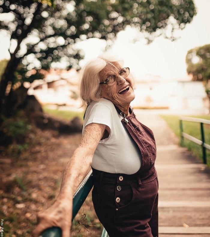 Foto de una anciana sonriendo