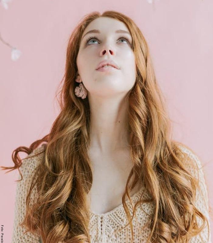 Foto de una mujer con el cabello largo, sano y fuerte