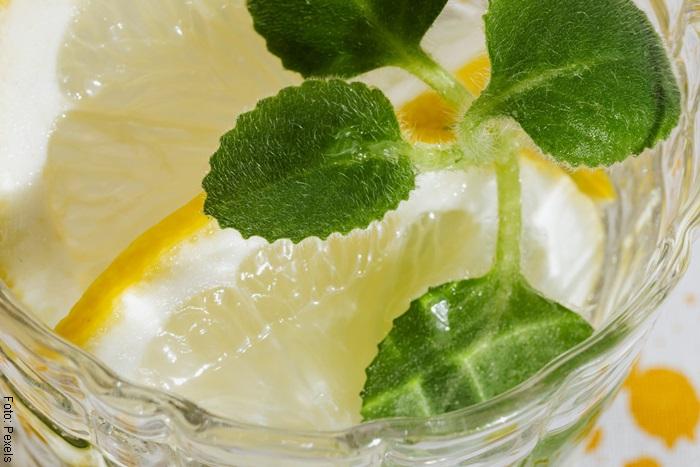 Foto de un vaso de agua con orégano y limón