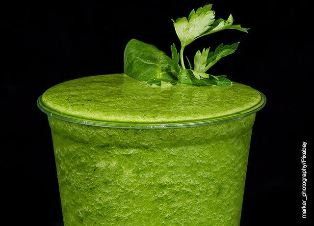 Foto de un vaso de jugos verdes