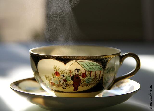 Foto de taza de té china que refleja para qué sirve el té verde