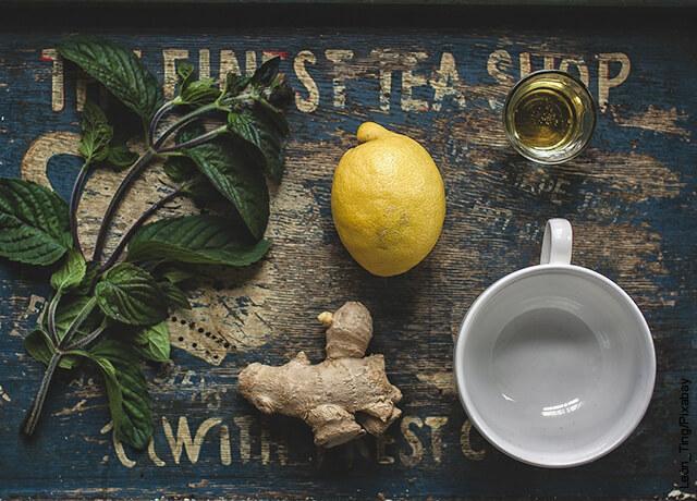 Foto de jengibre, limón y hierbas