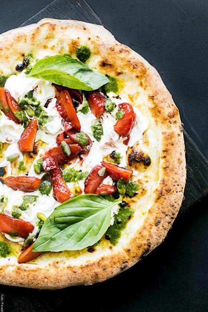 Foto de una pizza para ilustrar para qué sirve la albahaca