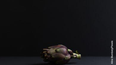 Foto de una alcachofa sobre una mesa