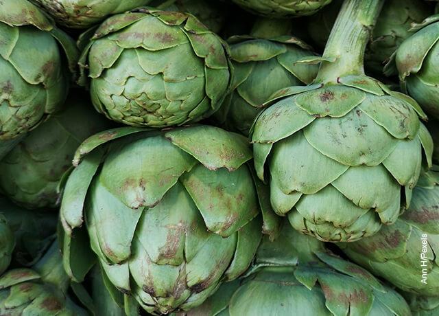 Fotos de alcachofas verdes en bulto