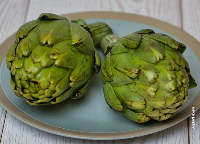 Foto de dos alcachofas servidas en un plato