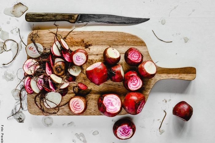 Foto de remolachas de diferentes colores para ilustrar para qué sirve la remolacha