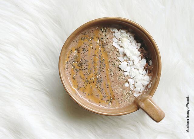 Foto de una taza con una bebida de semillas de chía