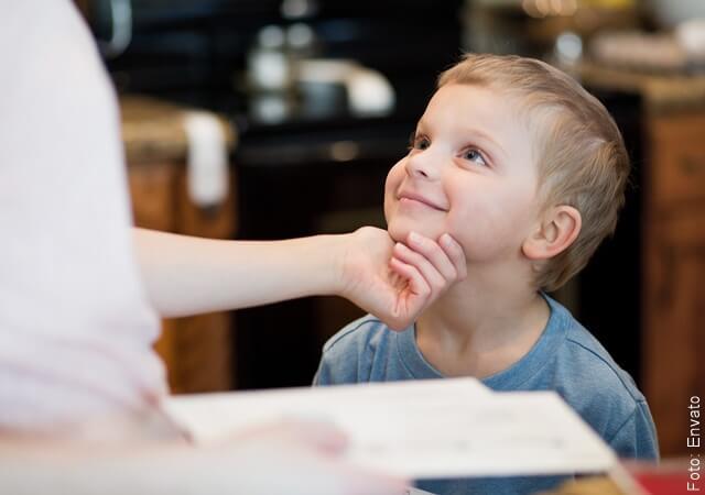 foto de niño viendo a su mamá