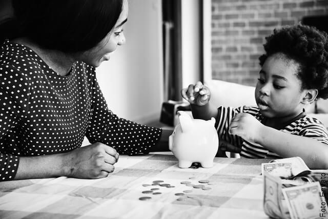foto de niño ahorrando con su mamá