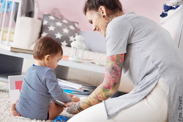 foto de mamá jugando con su hijo