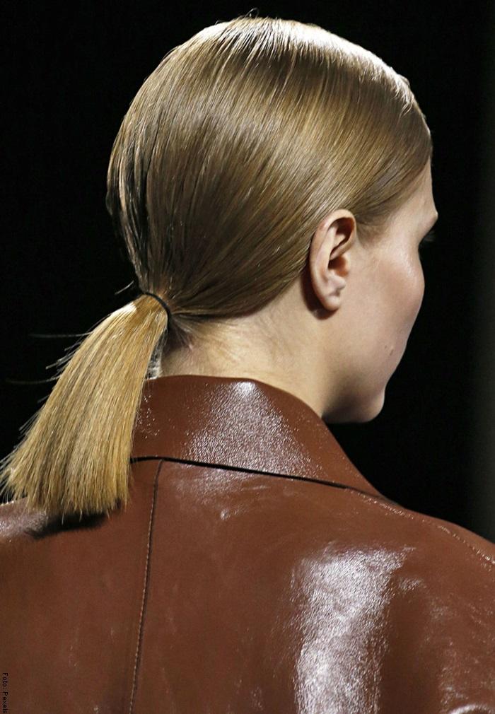 Foto de una mujer con ponytail para ilustrar peinados para cabello corto