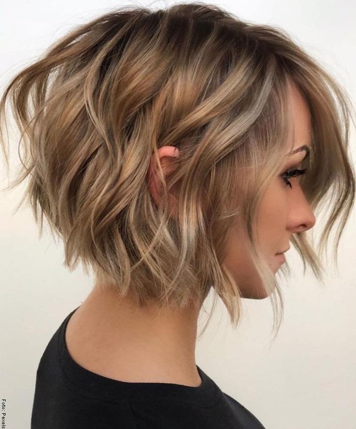 Foto de una mujer con peinado de ondas surferas