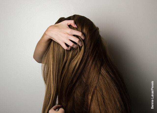 Foto de una mujer tomándose la cabeza