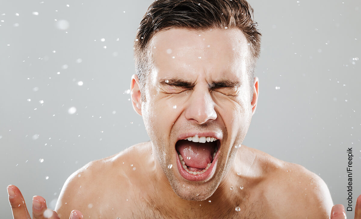Foto de hombre gritando en la ducha