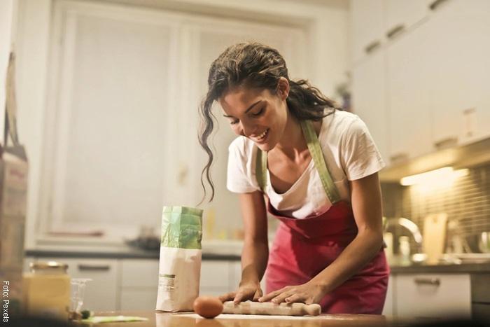 Foto de una mujer cocinando para ilustrar qué hacer cuando estás aburrido