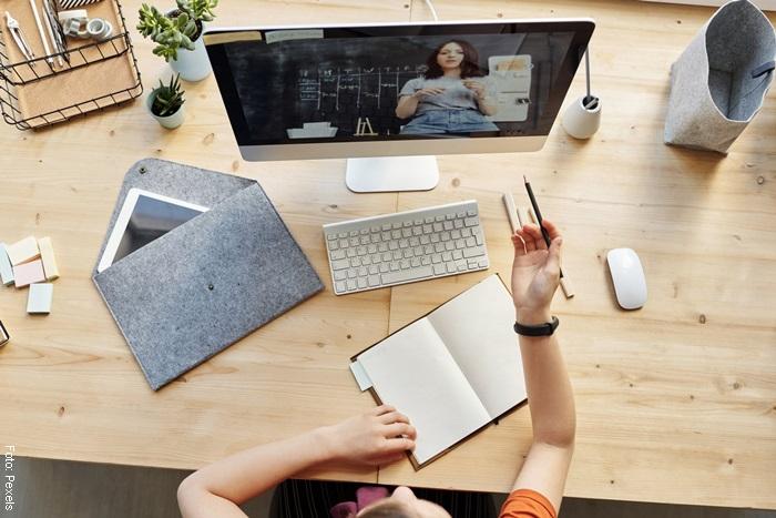 Foto de una mujer aprendiendo por internet para ilustrar qué hacer cuando estás aburrido