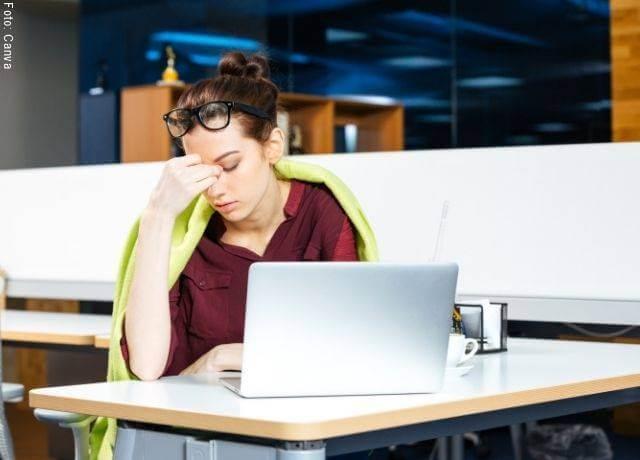 Foto de una mujer estresada en el trabajo para ilustrar qué significa 11 11 en el reloj