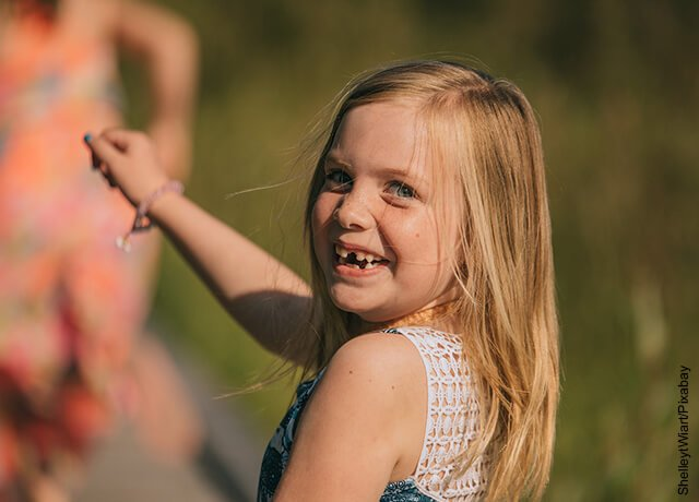 Foto de niña sin dientes sonriendo