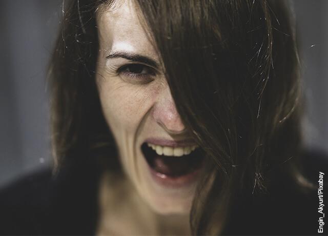 Foto de mujer gritando asustada