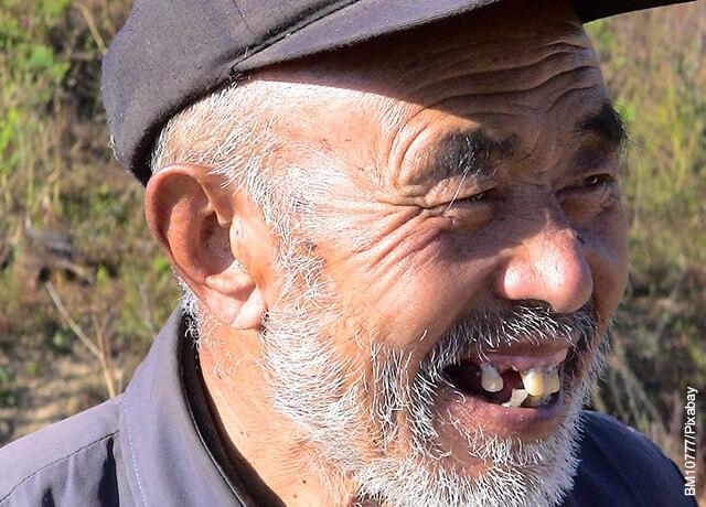 Foto de anciano sin dientes