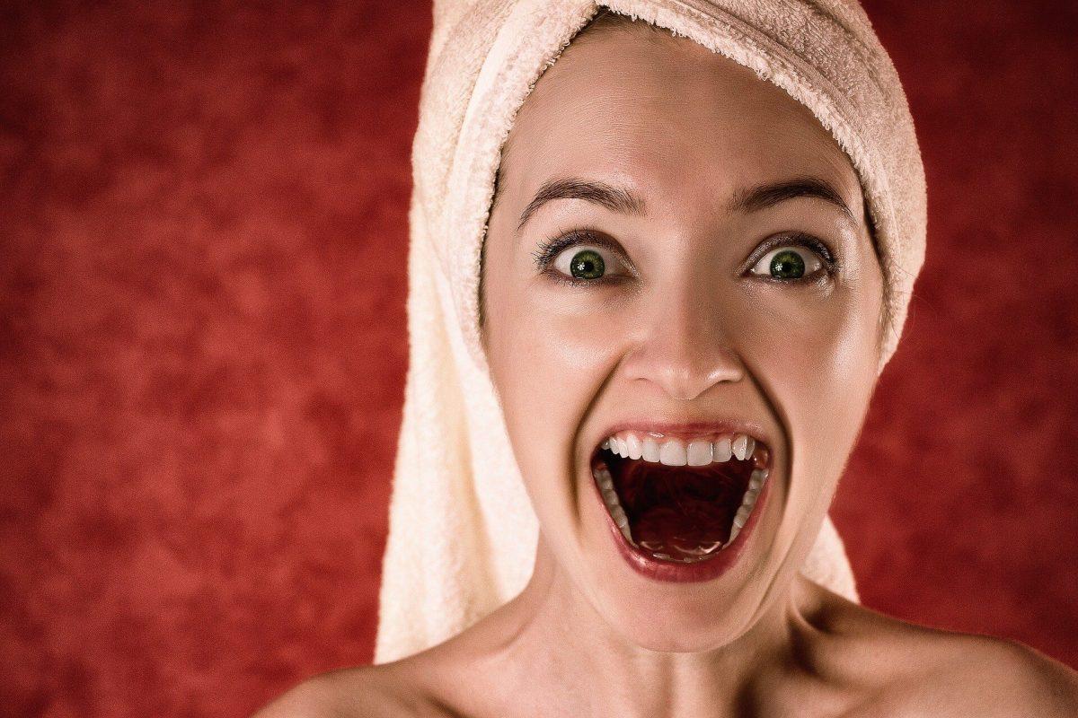 Foto de mujer gritando