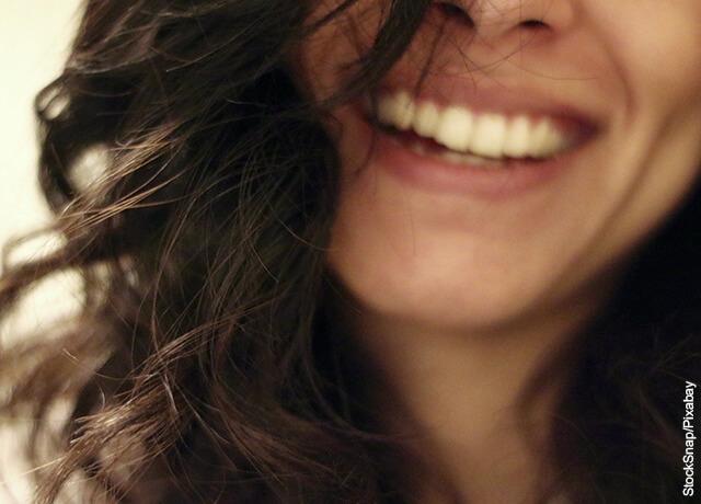 Foto de mujer sonrientes que muestra qué significa soñar con dientes