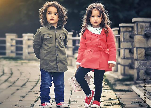 Foto de un niño y una niña que demuestra qué significa soñar con niños