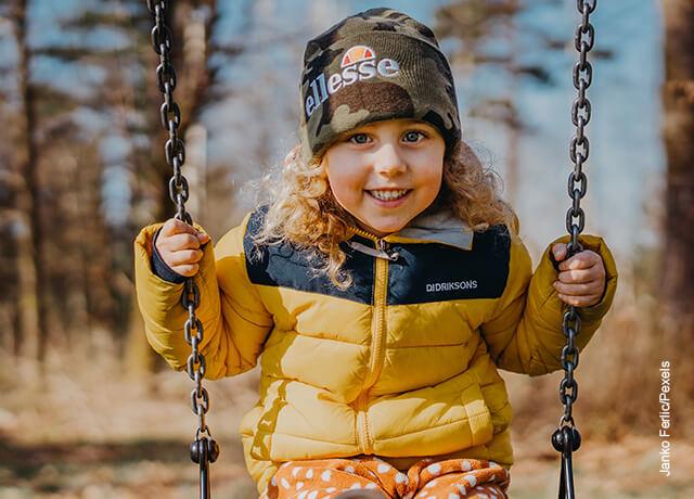 Foto de una niña en un columpio