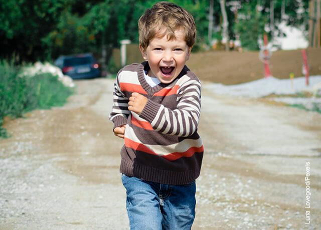 Foto de un niño corriendo que ilustra qué significa soñar con niños