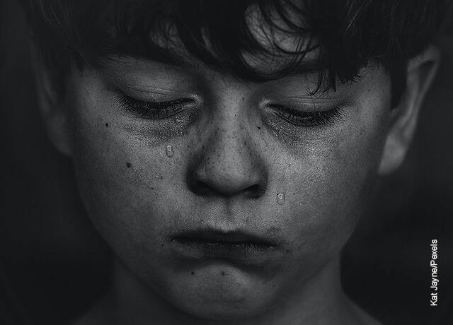 Foto de un niño llorando