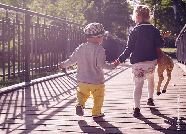 Foto de dos niños caminando por el parque