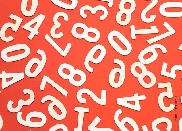 Foto de números de plástico que muestra qué significa soñar con números