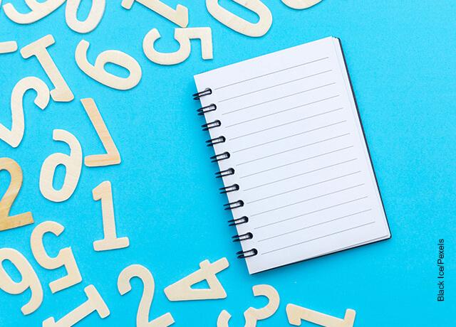 Foto de números de plástico con una libreta