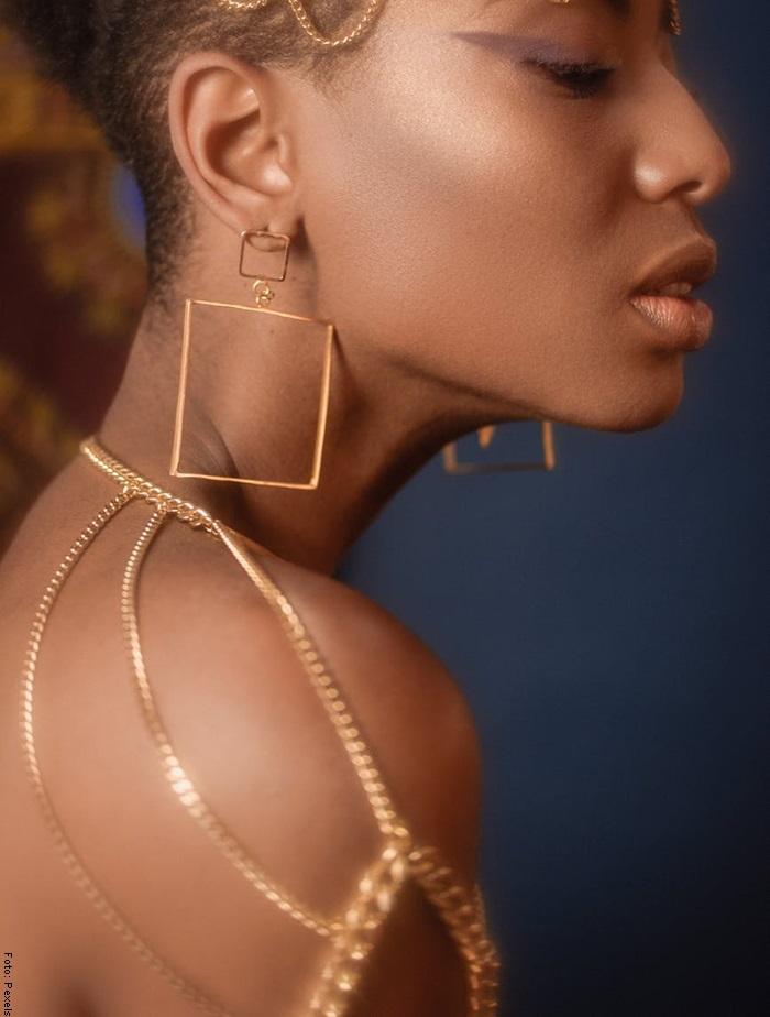 Foto de una mujer usando cadenas de oro