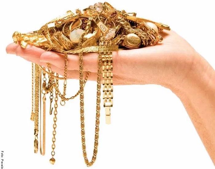 Foto de una mano sosteniendo joyas para ilustrar qué significa soñar con oro