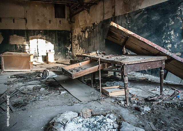 Foto de un techo que cayó sobre una escuela que muestra qué significa soñar con terremoto